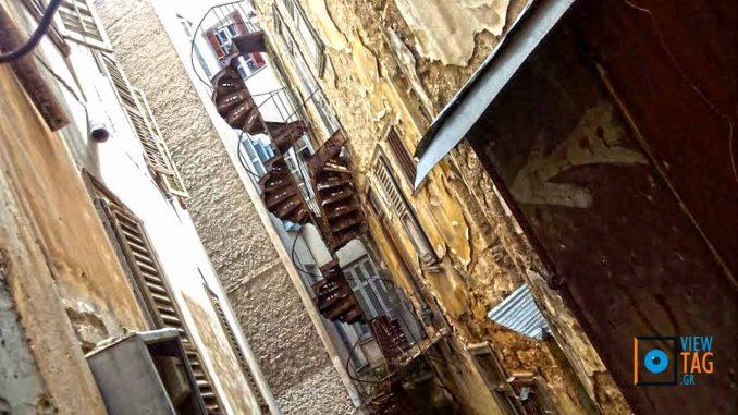 Στριφογυρίζοντας σε ξεχασμένες γωνιές της πόλης